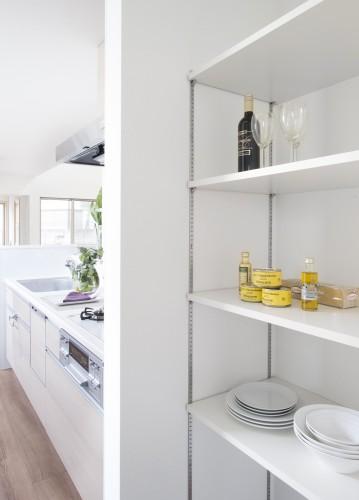 キッチン横の可動棚付きパントリー
