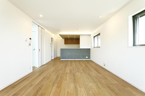 対面式キッチンのあるフラットな壁の20帖LDK